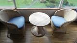 窓際の椅子とテーブルです