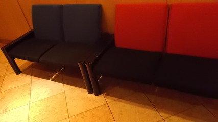 ロビーに繋がる通路にも椅子があります