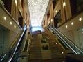 地下1階からロビーへの階段