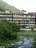 旅館の前に流れる川