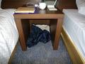 ベッド間のテーブル