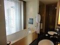 バスルームにはテレビ付き。景色も眺められる。