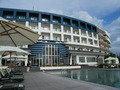 ホテル(外観)とプール