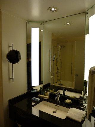 比較的コンパクトなバスルーム