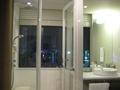 バスルーム越しの夜景