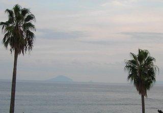 伊豆七島の島影