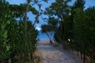 ホテル正面からビーチへ