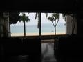 ロビーから海を眺める