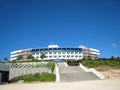 海沿いに佇む低層ホテル