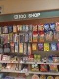 フロント近くの100円ショップ