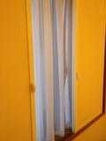 部屋内のサッシとカーテン