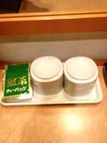 部屋内のお茶及びカップ