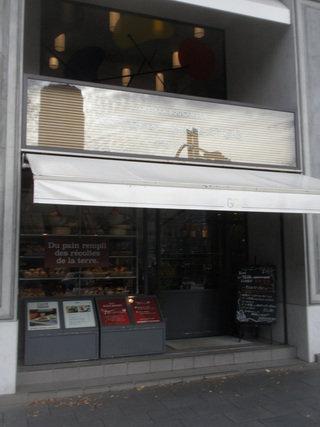 駅前の有名パン店