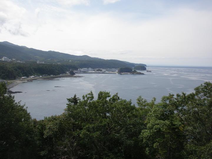 プユニ岬からウトロ市街を眺望できます。