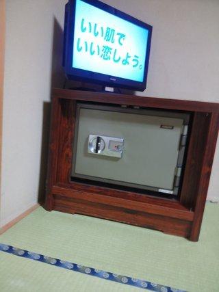 部屋のTVと金庫です