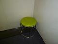 エレベーター内の丸椅子