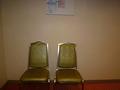 廊下に置かれた椅子