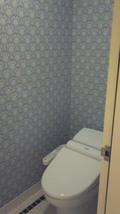 清潔で可愛い壁紙のトイレ
