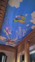 ホテルのロビーの天井にも素敵なアート