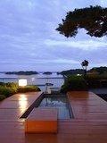 松島の絶景を堪能できるお月見台とその横にある足湯