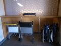 車椅子と荷物用カート