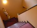お部屋は階段で