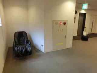 何故かエレベーターホールにマッサージチェア