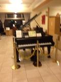 ホテルフロントにピアノあります。