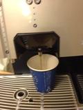 コーヒーは備え付けの紙コップでつぎます。