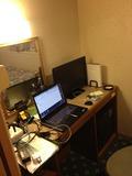 ホテル部屋内の、机です。あまりひろくはないです。