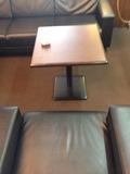 ロビーの皮シート、テーブルです。