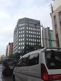 この黒い大きなビルが目印になると思います。