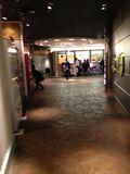 ロビーと別館を結ぶ廊下です。
