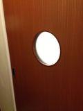 ホテル 洗面所 ドア 写真です。
