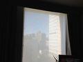 窓にはレースがかけれています。