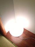 部屋 照明 イス写真です。