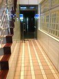 1F エレベーター方面の 廊下 写真です。