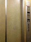 エレベーター ドア 写真です。