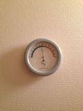 湿度計が部屋 にあります。