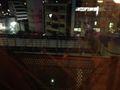 窓の目の前には、モノレールが走ります。