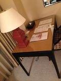 お部屋に机あります!