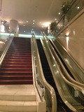 2F への エスカレーター、階段です。