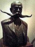 髭の長い銅像の正体は・・・。