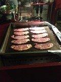 ステーキは目の前で焼いてくれます!