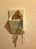 ホテル鍵を指すと電気が付きます。
