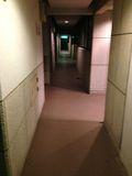 ドアの前の廊下です。