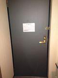 部屋から見たドア写真です。