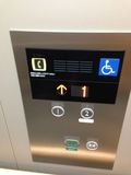 エレベーター内、バリアフリー情報です。