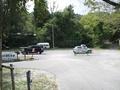 小川をはさんで広い駐車場があります