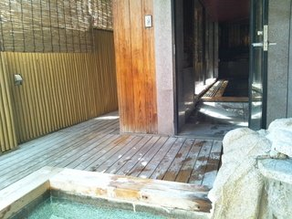 露天風呂から内湯を見た所